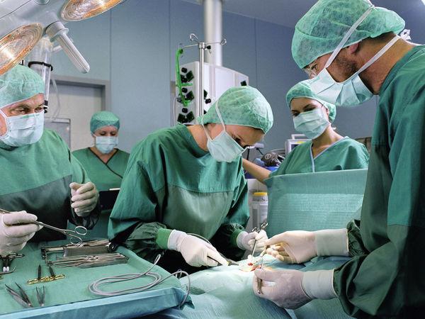 équipe chirurgicale en cours d'intervention