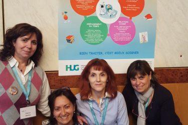 Maria, Ada, Olgica & Laurinda en photo sous le poster qu'elles ont réalisé