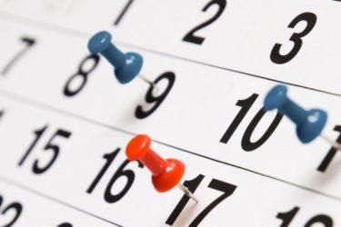 calendrier avec des punaises indiquant des dates
