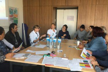 Groupe de patients entourant la diététicienne lors d'une séance collective