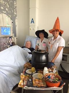 2 membres de l'équipe entourant un patient lors de la distribution de soupe