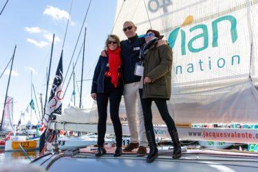 Jacques Valente, sur le pont de son bateau lors du baptême, entouré de sa marraine, Peggy Bouchet et de sa donneuse Laurence
