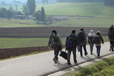 marcheurs sur une route