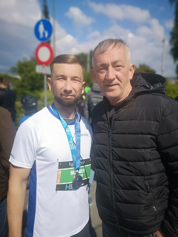 Muamar médaillé du semi-marathon en compagnie de son père