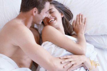 couple homme/femme enlacés dans un lit